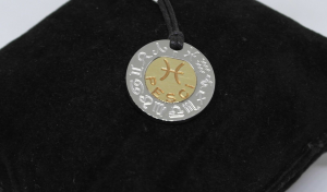 Ciondolo Runa unisex Rebecca acciaio e oro. Segno zodiaco.