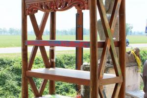 Libreria con scaffali e due ante in legno di teak