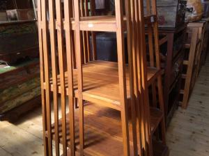 Libreria in legno di  teak indonesiano a piramide