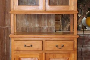 Vetrinetta indonesiana in legno di teak massello con 4 ante e 2 cassetti