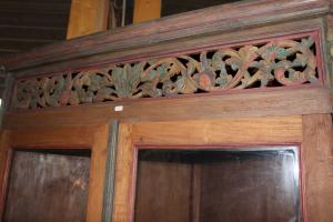 Vetrinetta ad angolo in teak indonesiano intagliato e dipinto