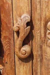 Credenza alta in legno di teak con dettagli laterali