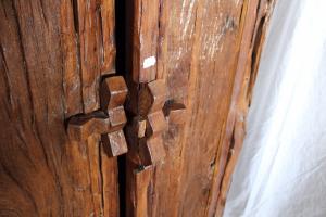 Armadio in legno di teak indonesiano antico