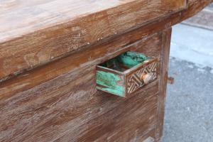 Baule in legno di teak con ruote e aperture laterali