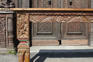 Consolle in legno di teak con gambe intagliate
