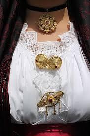 Gemelli in filigrana in argento dorato con bottone sardo e pietra rossa