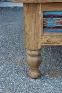 Tavolino in legno di teak colorato