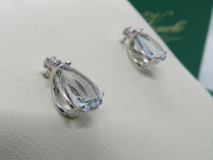 Orecchini con Acqua Marina a Goccia e Diamante taglio Brillante in oro bianco 18 kt
