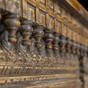 Consolle in legno di teak con intagli