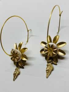 Cerchi in ottone con fiori e foglie