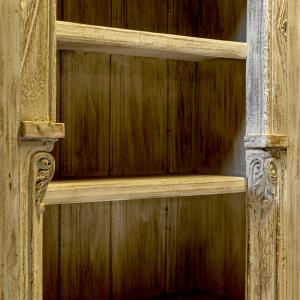 Libreria decapata bianca con portali indiani in legno di teak massello con ripiani