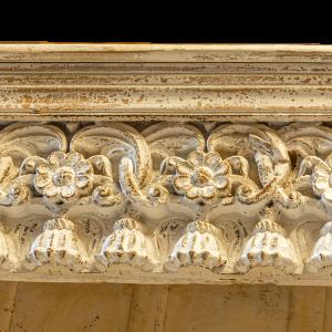 Libreria decapata bianco con 5 ripiani in legno massello con cornice recuperata da vecchi portali indiani
