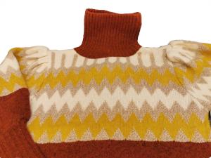 Maglioncino donna dolcevita |color bruciato con motivi ocra,beige,oro |in lana e viscosa |made in Italy