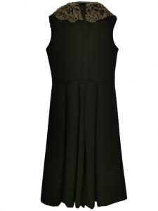 Abito donna nero | in tessuto stretch  | collo in pizzo dorato |spilla e fiocco a motivo |con pieghe anteriori |tagliato in vita |lunghezza midi | Made in Italy