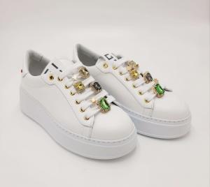 Sneakers bianca accessorio pietre verdi Gio+.
