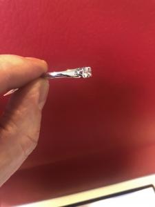 Anello in oro bianco e diamanti linea Ferrari