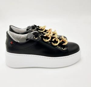 Sneakers nere e bianche con catena oro GIO+