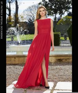 Abito cerimonia donna rosso in voile smanicato con spacco.