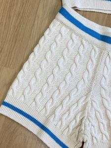 Completo Vicolo maglia trecce con profili a contrasto di colore