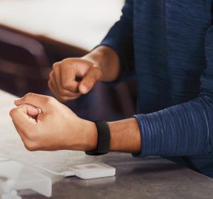 Fitbit Charge 4 Braccialetto per rilevamento di attività Nero