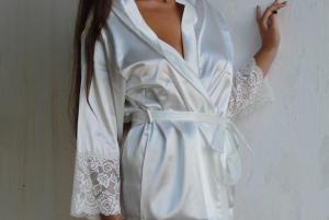 Vestaglia kimono in raso rifinito con pizzo sulla manica FIORE BLU