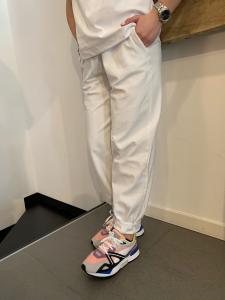Pantalone Kostumn Ampio in Coscia e Polsino sul Fondo Bianco