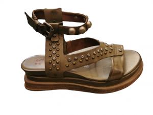 Sandalo donna   in pelle tamponata africa   con fascia anteriore e motivi con borchie   allacciate alla caviglia   made in Italy