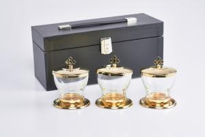Tre vasetti da altare per oli santi con custodia