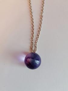 Collana grande con sfera colore viola in resina epossidica