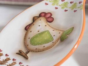 Poggia mestolo in ceramica con gallina in rilievo e fiocco