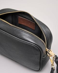 Cross bag in pelle color cuoio effetto martellato con nappina abbinata