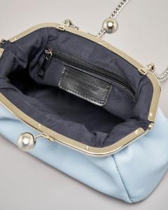 Mini clutch in vera pelle azzurra con chiusura sfere in metallo e tracolla a catena removibile