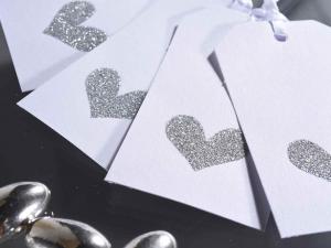 Tag in carta bianca con cuore glitterato e nastrino
