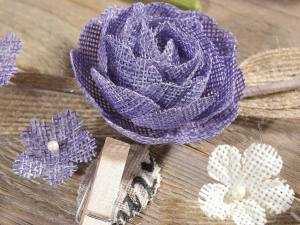 Fiore in tela con fiocco in juta e mollettina in legno