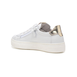 Sneaker in pelle con borchiette