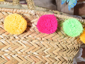 Borsa in paglia con chiusura zip e pompon colorati