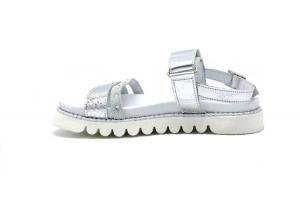 Sandalo laminato con borchiette