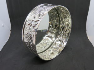 Centrotavola argento con fondo a specchio e lavorazione a sbalzo