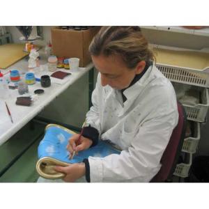 Orologio da mensola surrealista bianco in resina decorata a mano