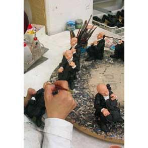 Orologio da tavolo surrealista Mano in resina decorata bianco nero Made in Italy
