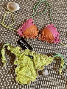 Bikini Triangolo Frou Frou e slip nodi regolabile  Hot Tropics Me Fui