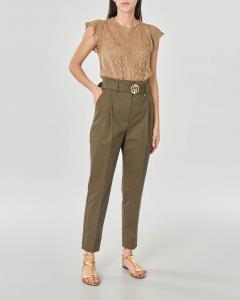 Pantaloni in gabardina di cotone color fango con pinces e cintura in vita