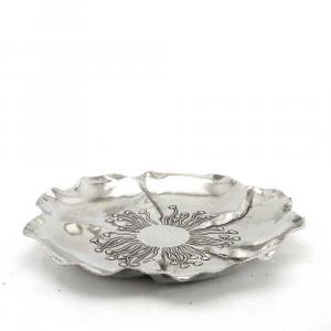 Vassoio tondo a forma di fiore in peltro lavorato a mano