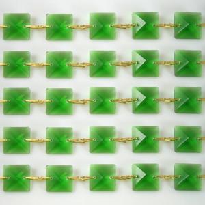 Catena quadrucci cristallo 14 mm - lunghezza 50 cm. Colore verde - clip ottone.