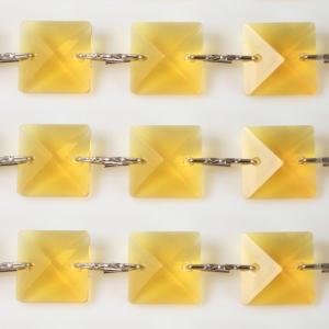 Catena quadrucci cristallo 20 mm - lunghezza 50 cm. Colore giallo - clip nickel.