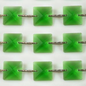 Catena quadrucci cristallo 20 mm - lunghezza 50 cm. Colore verde - clip nickel.