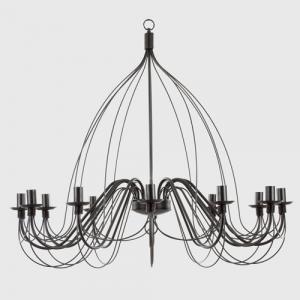 Grande lampadario 12 luci in ferro sagomato finitura nera.