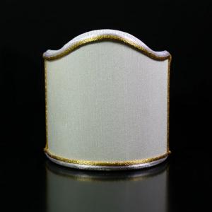 Paralume ventola tessuto shantung color avorio con doppia bordura bianca e oro.