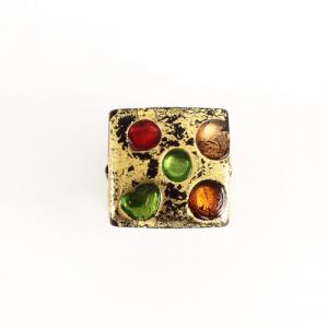 Perla di Murano quadrata lato 18mm disegno Bizantino. Vetro nero con foglia oro e dettagli multicolor. Foro passante.