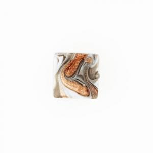 Perla di Murano schissa Fenicio Ø14. Vetro grigio e avventurina. Foro passante.